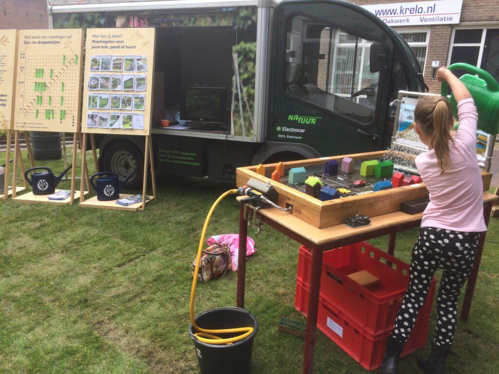De watertafel leert kinderen wat ze kunnen doen om een stad regenbestendig te maken