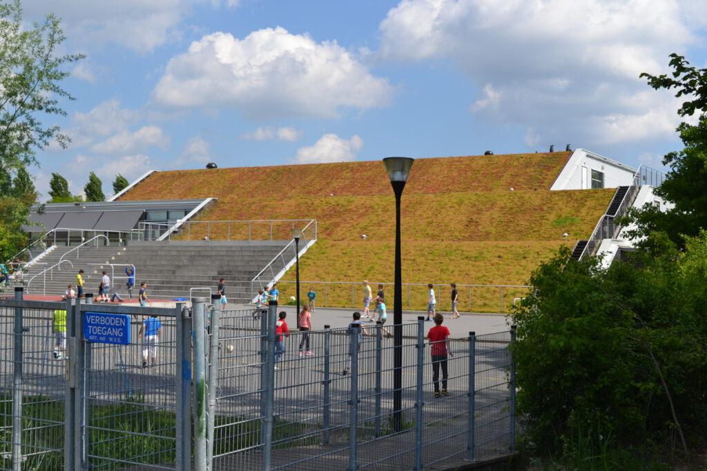 De Opmaat heeft een hellend groen dak