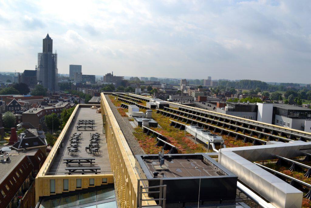 Het groene dak van Rozet ligt vol zonnepanelen