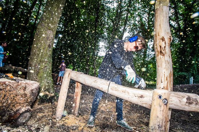 Jongeren en schoolkinderen bouwen samen een groen schoolplein voor De Boomhut.