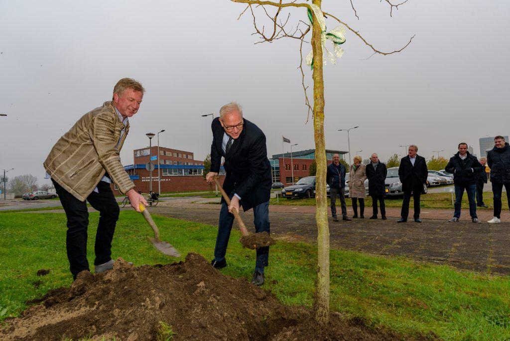 Samen wordt er een boom gepland
