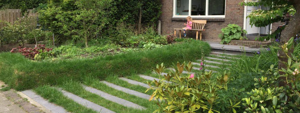 Groene voortuin met stapstenen in Klingelbeek