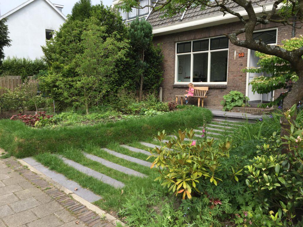 Door te ontharden loopt regenwater makkelijk weg. Gebruik bijvoorbeeld stapstenen in plaats van paden.