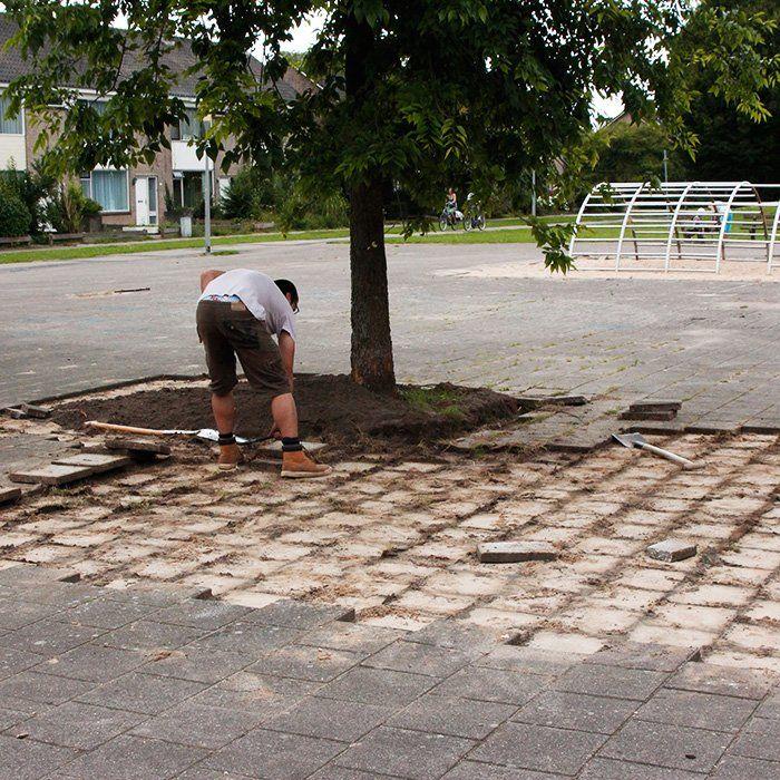 Buurtbewoners helpen mee met het verwijderen van de tegels