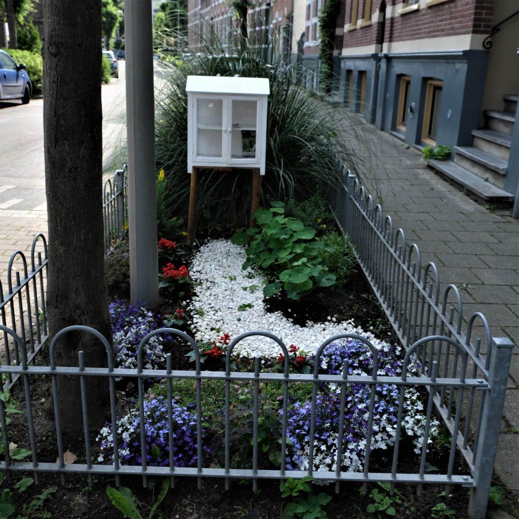 Plantenruilkastje in de Gravenstraat © Marleen Michels