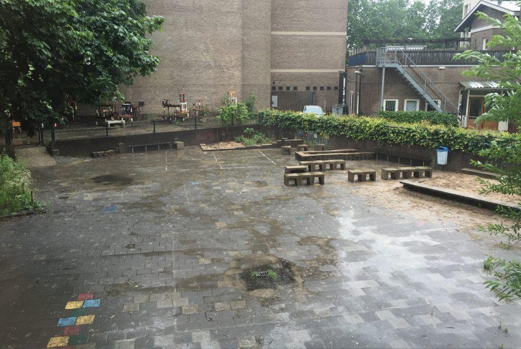 Voor: de tuin bestond vooral uit tegels