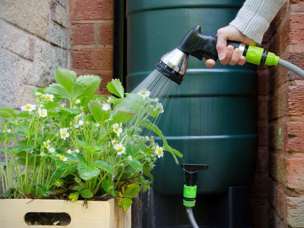 Tuinslang aan regenton