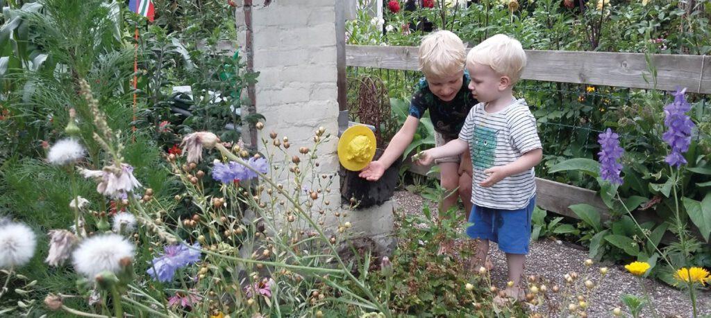 Kinderen hebben een waterspuwer gemaakt