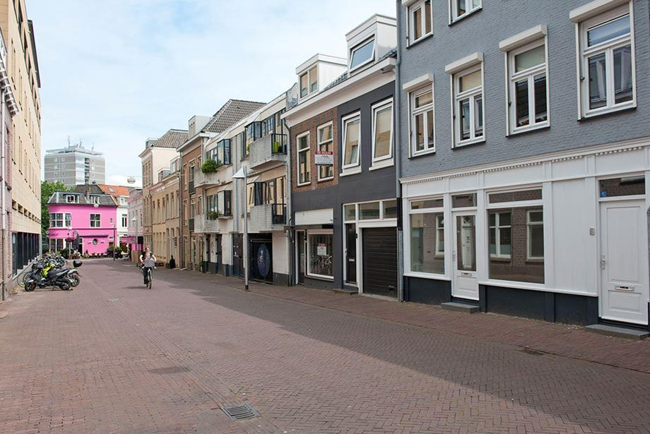 De Doelenstraat was een brede straat die volledig was verhard